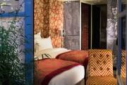CHRISTIAN LACROIX / PARÍS, FRANCIA Christian Lacroix viste a dos hoteles parisino que el diseñador no regenta pero ha impregnado de su romántico estilo. El Bellechasse (en la imagnen) está en Saint Germain y tiene ofertas desde 170 euros la noche. El Hotel du Petit Moulin, un edificio restaurado del siglo XVII en Marais (con habitaciones por unos 190 euros)