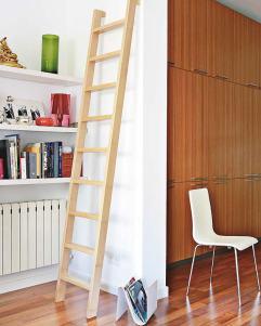 Detalles originales Junto al sofá, a modo de escultura, una escalera de madera de haya, realizada por Carpintería Alfonso.