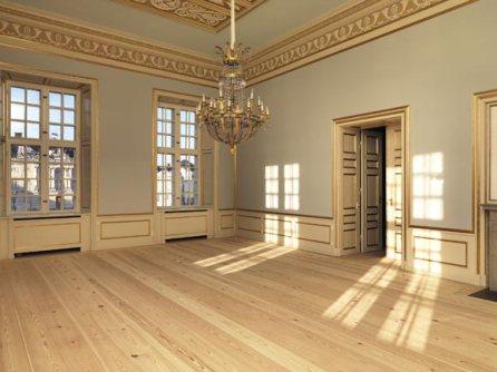 Los ventanales de palacio y la lámpara de araña cobran protagonismo en el comedor
