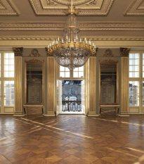 El gran hall, la habitación más solemne y majestuosa de toda la residencia, cuyo balcón da al patio central de Amalienborg