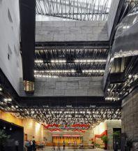Interior del museo de Ningbo. Esta ciudad portuaria (sin conexiones aéreas con Europa) está comunicada por carretera con Shanghái (dos horas y media en autobús) a través de uno de los puentes más largos del mundo construidos sobre el mar.