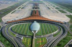 """El gigante chino (1) Norman Foster proyectó para Pekín la terminal 3 del aeropuerto internacional, con capacidad para recibir 50 millones de viajeros al año. Se construyó en cuatro años, se inauguró en febrero de 2008 y su techo mide 360.000 metros cuadrados. Su forma es la de un """"dragón aerodinámico""""."""