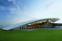 Una curva de 365 metros (1) El aeropuerto internacional de Carrasco General Cesareo L. Berisso, a 17 kilómetros de Montevideo, está cubierto por un techo que mide 365 metros de largo. Fue proyectado por el arquitecto uruguayo Rafael Viñoly.