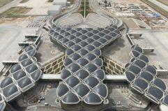 Geometrías orgánicas (1) El pasado mes de marzo recibió sus primeros viajeros el nuevo aeropuerto de Queen Alia, en Amán (Jordania), proyectado por Norman Foster. Su cubierta, un homenaje a las geometrías de la cultura árabe, destaca asimismo por sus resonancias orgánicas.