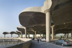 Geometrías orgánicas (2) Las formas envolventes, muy sofisticadas técnicamente y herederas de la arquitectura organicista, destacan en el aeropuerto Queen Alia, de Norman Foster, en Jordania.