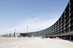 Sobriedad alemana (1) Ampliación de la terminal A del aeropuerto de Frankfurt (Alemania), del estudio de arquitectos GMP, un espacio de líneas elegantísimas y una sobriedad característica de algunos de los más destacados equipos de la actual arquitectura alemana.