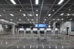 Sobriedad alemana (2) Líneas depuradas y un espacio de una nitidez extraordinaria en el control de pasaportes de la ampliación de la terminal A del aeropuerto de Frankfurt.