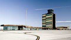 Los colores del campo (1) Aeropuerto de Lleida, un derroche de colores verdosos y pardos en un edificio-manto que se confunde con los campos de labor circundantes. Obra de b720 Fermín Vázquez Arquitectos.