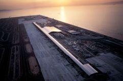 La isla artificial (1) Aeropuerto Internacional de Kansai, de Renzo Piano, construido en una isla artificial en la bahía de Osaka, Japón. Mide cuatro kilómetros de largo por uno de ancho y abrió sus puertas en 1994.