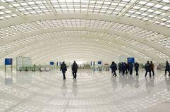 """El gigante chino (2) """"Esta nueva terminal del aeropuerto de Pekín es el edificio aeroportuario más grande y avanzado del mundo, y celebra la emoción y la poesía del vuelo"""", dijo Norman Foster."""