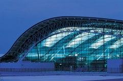 La isla artificial (2) El estilo 'high-tech' domina en la forma ondulante del tejado del Aeropuerto Internacional de Kansai, en Osaka (Japón), de Renzo Piano, una de las mayores terminales aeroportuarias del mundo.