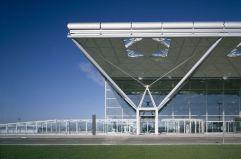 Columnas de acero (2) El aeropuerto de Stansted, Essex, 1981, de Foster Associates, un ejemplo de la arquitectura 'high-tech' del estudio británico liderado por Norman Foster.