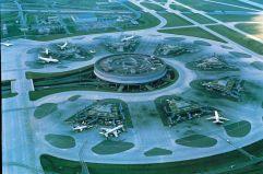 Siete satélites (1) La terminal 1 del aeropuerto Charles De Gaulle, en las cercanías de París, abrió en 1974. Su diseño vanguardista parte de un edificio circular de diez pisos rodeado por siete edificios satélites, cada uno con seis puertas. El arquitecto principal fue Paul Andreu, uno de los más reconocidos arquitectos franceses, especializado en proyectar aeropuertos.
