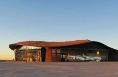 Aeródromo galáctico (2) Vista desde la pista de despegue del Virgin Space Port, la aerolínea de turismo espacial de Richard Branson. El aeródromo es obra de Norman Foster en Nuevo México.