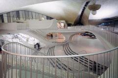 Un clásico en Nueva York Terminal de la TWA en el aeropuerto John F. Kennedy de Nueva York, obra maestra de Eero Saarinen, terminada en 1962, un año después de la muerte del arquitecto, caracterizada por un fascinante neoexpresionismo que enlaza con la escultura y se asemeja en su exterior a un pájaro con las alas abiertas y, en su interior, a una gruta de dulces formas.