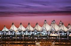 Un techo de 'tipis' (1) Lo más llamativo del aeropuerto internacional de Denver (Colorado, EE UU) es su techo, obra del estudio Fentress Bradburn Architects, que evoca los 'tipis', las tiendas típicas de los indios americanos, y los picos de las cercanas Montañas Rocosas. Está hecho de resistente recubrimiento de teflón de fibra de vidrio de color blanco y sostenido por cables de acero pretensados.