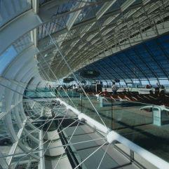 Luminosidad en la ciudad de la Luz (1) Interior de la terminal 2F del aeropuerto parisiense Roissy Charles de Gaulle, proyectada por el arquitecto francés Paul Andreu, autor de varios aeropuertos en el mundo y de edificios emblemáticos como el Arco de la Defense, también en la capital francesa.
