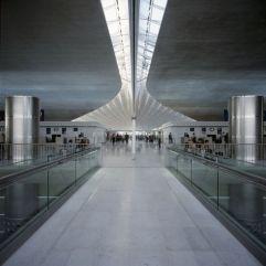 Luminosidad en la ciudad de la Luz (2) Pasillo de la terminal 2F del aeropuerto de Roissy Charles de Gaulle, en París.
