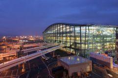 La T5 de Londres (1) La terminal 5 del aeropuerto de Heathrow, en Londres, fue inaugurada por la reina Isabel II en marzo de 2008. La inmensa cubierta presenta una curvatura dinámica, con grandes bandas de acristalamiento que derraman luz natural en el interior, según explica el proyecto firmado por el arquitecto Richard Rogers, también autor de la T4 de Barajas (Madrid).