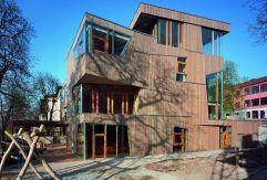 Cafetería y centro de educación infantil Waldorf School, proyectado por el estudio Aldinger Architekten en Stuttgart (Alemania). El generoso acristalamiento crea visiones amplias desde el interior y desde el exterior. La madera de alerce recorre la fachada y refuerza la impresión escultórica. El edificio ha sido contruido con medidas energéticas en su geometría, en la ventilación controlada y con una fachada aislante. Estas medidas suponen un potencial ahorro en todo el complejo de un 30%. ROLAND HALBE