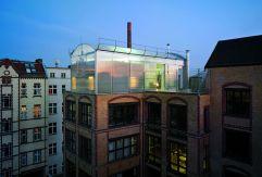 En una azotea berlinesa, el estudio berlinés Heberle Mayer creó una estructura transparente, el proyecto denominado U6 Berlin Penthouse, que destaca por su transparencia, luminosidad y sostenibilidad. FRANK HÜLSBÖMER