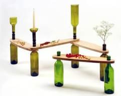 Mesas auxiliares con botellas