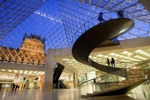 La pirámide de cristal del Louvre, París (Francia)
