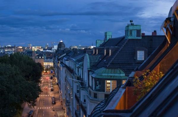 Una buhardilla escandinava, donde el diseño y las vistas son los protagonistas