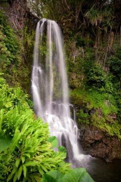 Una alucinante casa en una cascada en Hawái