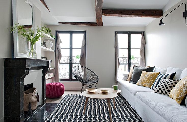 En el último piso de un edificio parisino  ha sido hábilmente rediseñado un departamento.