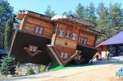 74. Casa patas arriba (Szymbark, Polonia)