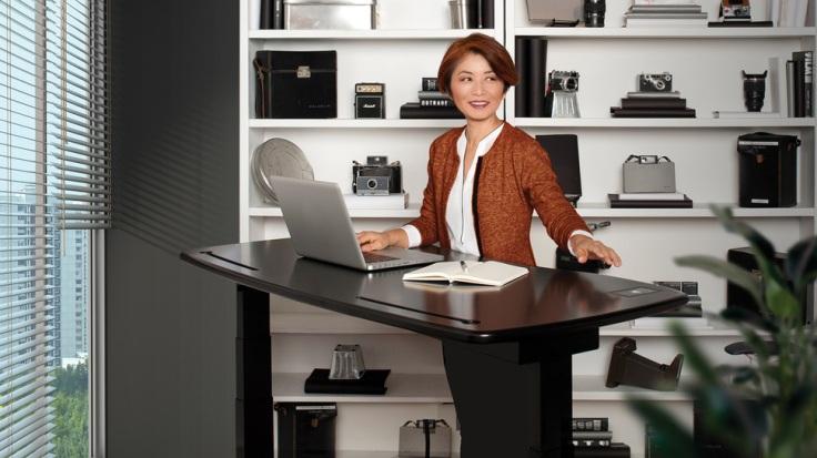 Un escritorio que te sirve para trabajar sentado o de pie