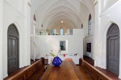 Por fuera parece una iglesia común, pero por dentro en una moderna casa