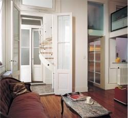 El dormitorio principal incluye un baño en suite, al que se accede por una puerta de vidrio templado