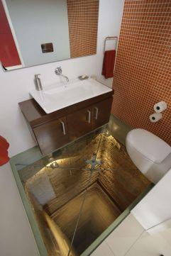 Suelo de cristal y vacío bajo el cuarto de baño