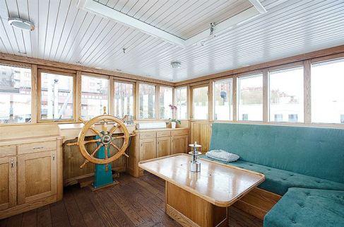 Una barcaza sueca se convierte en una acogedora vivienda