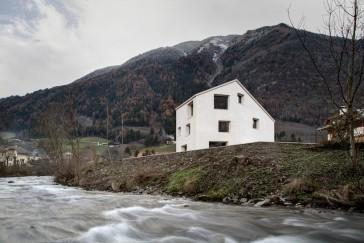 Una casa enclavada en los alpes italianos