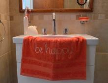 Toalla bordada de 50 x 80 cm. Colores: amarilla y salmón, naranja, violeta y rojo. Precio: $145
