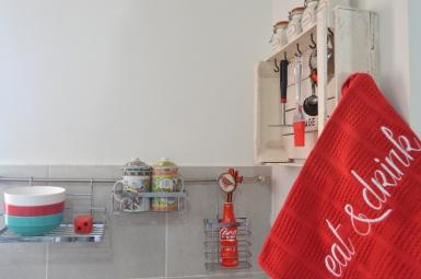 Repasador bordado de 43 x 58 cm. Colores: beige, blanco, rojo, azul y naranja. Precio: $95